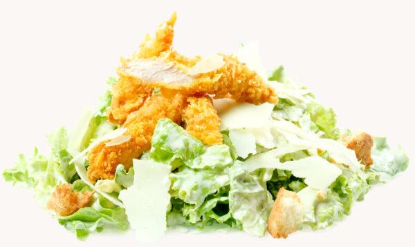 Салата Цезар с хрупкаво пиле